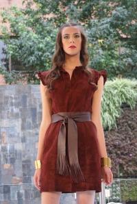 Vestido en ante con cinta a la cintura de la diseñadora Julia de Rodríguez