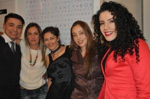 Aquí con el maquillador Ernesto Castro y varias de las invitadas al taller, todas luciendo lo aprendido en el taller. Diana Hochman, Sarah Lee y Jessica González.