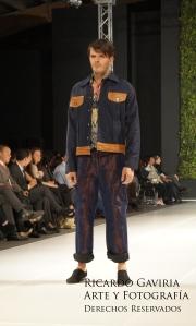 Chaqueta elaborada en jean y cuero el  pantalón es un jean con hilo cobre