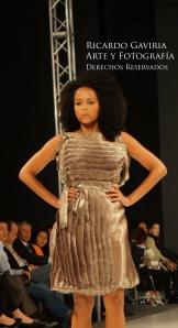 Angie Brayan con un diseño de Ricardo Ramos
