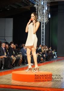 Julieta Piñeres abriendo el desfiles Majo Valero