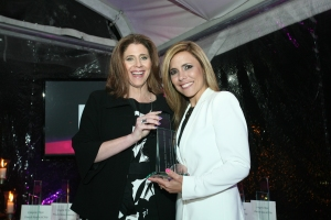 Sabrina Halstuch entrega el premio a Paula Madrigal