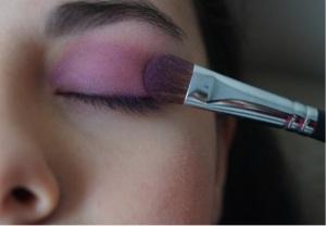 Brocha para aplicar sombra, difumina muy bien cualquier color, esta es infaltable para cualquier estilo de maquillaje