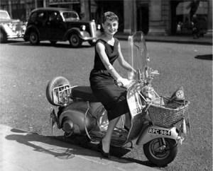 """Audrey Hepburn en una Vespa en la película """"Roman Holiday"""""""