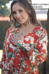 El rojo carmesí es el protagonista de este look  a través de un delicado estampado de flores orientales,  este color rojo es perfecto para todo tono de piel. Podemos observar como  la pulsera dorada  y piedras verdes   complementan  perfectamente este look, mi tip es usar todos los accesorios del mismo tono.