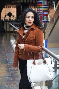 El bolso es un excelente complemento de tu look,  en furor los medianos y en colores claros  o muy llamativos como el rojo y el naranja.