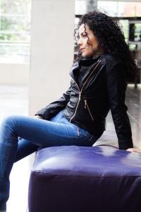 Y con jean es un look completamente libre,  aunque el cuero es un material fuerte nos permite demostrar toda nuestra feminidad.