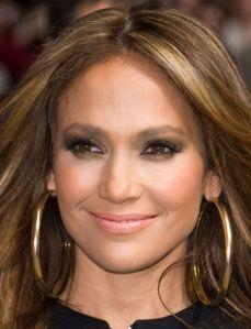 Jennifer Lopéz con su cabello suelto y unas lindas condongas XXL lisas