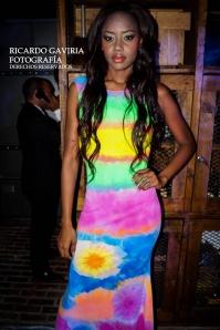 Aquí Sacha Palma con todo el color de las creaciones de Kelly Pasos
