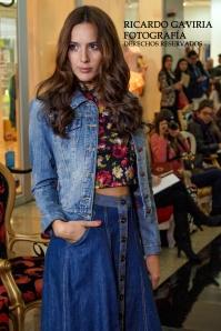 Este look me encanto, falda amplia en Denim,  crop top estampado a flores y como complemento una chaqueta en jean, aquí se rompe perfectamente esa regla que dice que jean no se puede combinar con jean. Se ve genial!