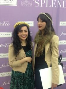 Mi hija Mafe disfrutó haciendo su corona; aquí con nuestra amiga Camila Villamil. Se ven hermosas!