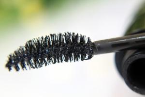 El cepillo de esta mascara es tan especial que su forma curva con puntas multinivel logran capturar cada pestaña para dar un mayor volumen sin formación de grupos y residuos incomodos.