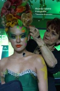 Marina Coccaro elaboró  bellas flores con el cabello de la modelo,  definitivamente este lanzamiento fue sorprendente.