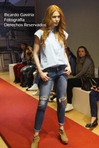 Deseas un look desenfadado? Usa unos jeans con desgaste o rotos.