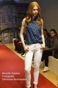 El jean blanco siempre estará presente en todas las temporadas.