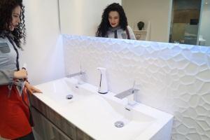 La pared blanca tiene una sofisticada textura que combina de maravilla con el mueble en madera