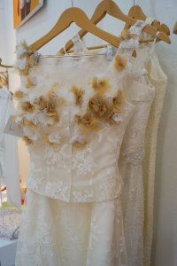 Yo renovaría votos con mi guapo esposo luciendo un traje como este de Ketty Tinoco